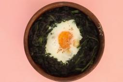 Huevo en nido de espinaca