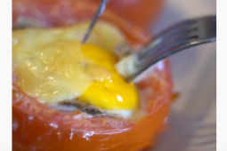 Tomate relleno con huevo y queso