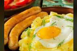 Salchichas con puré y huevo